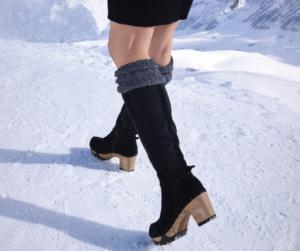 Beine einer Frau mit schwarzen Langschaftstiefeln SOFTCLOX OZEANA auf Schnee